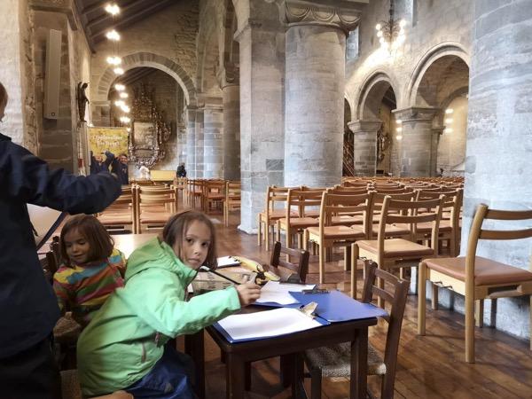 Même une place enfant au fond de la cathédrale de Stavanger