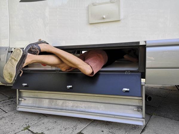 Nettoyage intensif dans les entrailles du camping car